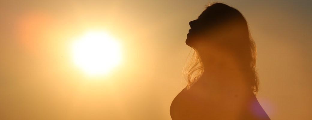 vitamina D serotonina tomando sol mejora nuestro estado de ánimo mujer silueta