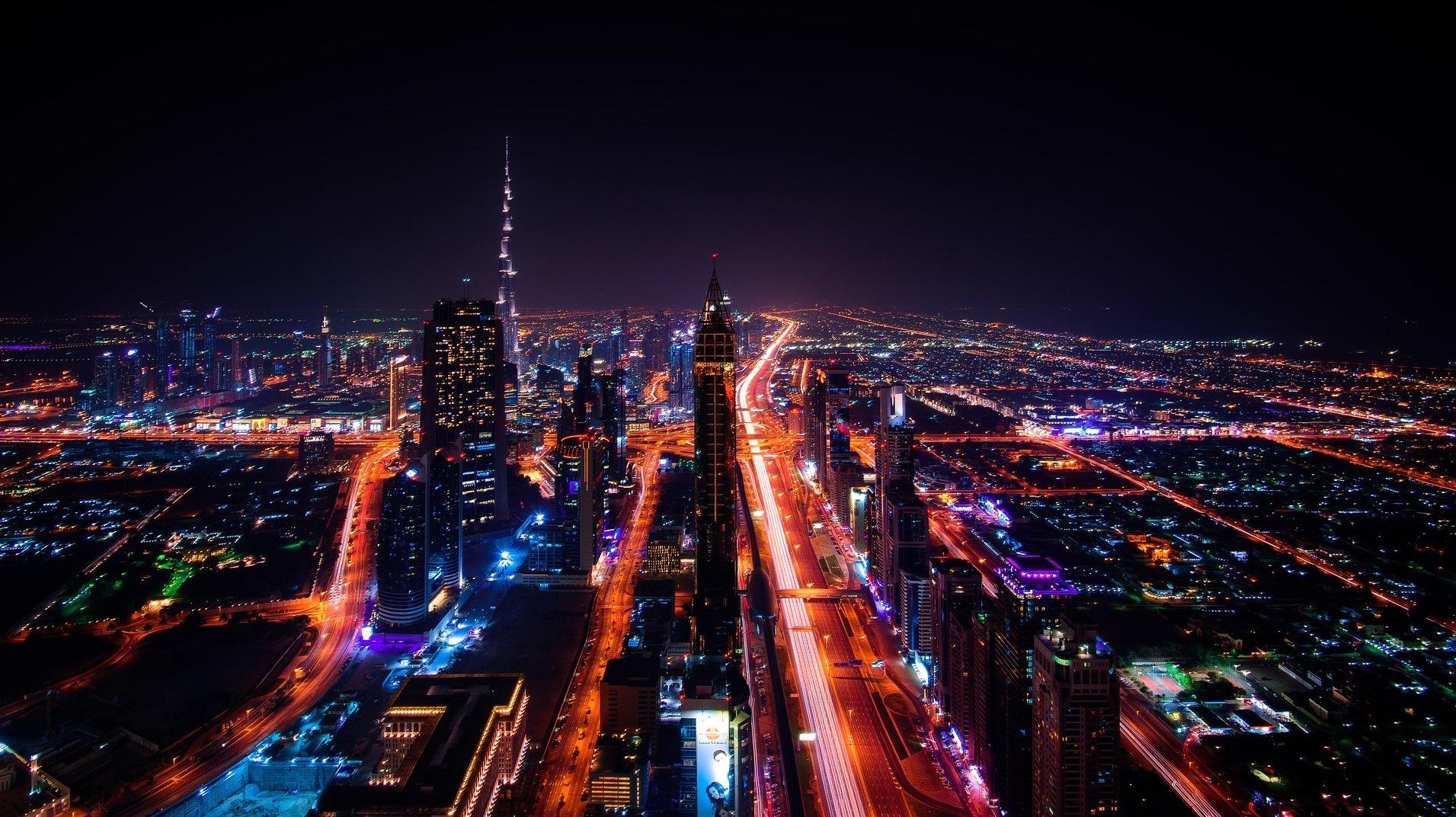 La policía de Dubái tiene cascos que miden la temperatura de la gente