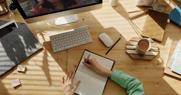 teletrabajo escritorio ordenador cuaderno trabajo casa