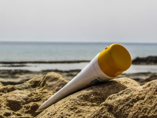 cremas de protección solar sol playa piel arena mar verano