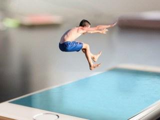 verano playa piscina niño saltando agua smartphone telefono movil