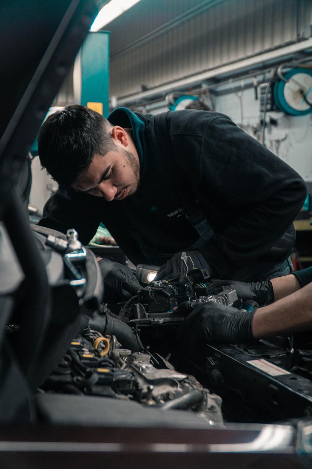 mecánico haciendo diagnóstico del coche