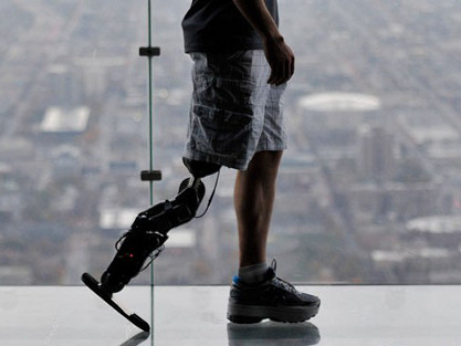 Un hombre sube 103 pisos con una pierna biónica