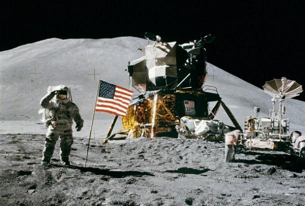 Hombre sobre la luna