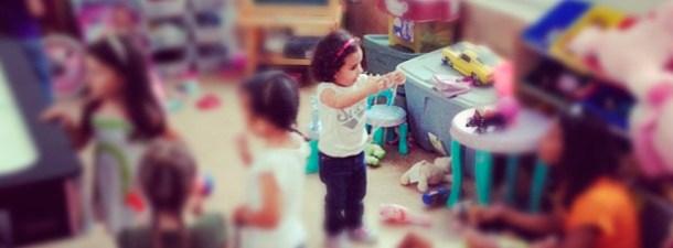 Tendencias actuales: Niños que ven a los adultos jugar con juguetes online